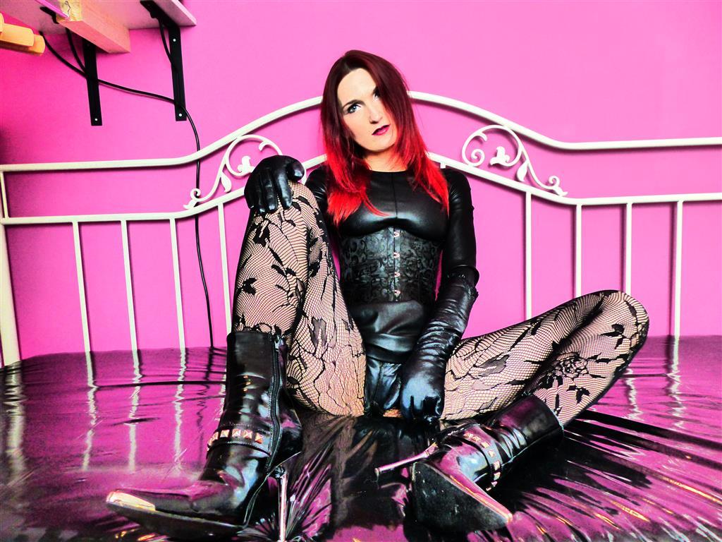 Livesex mit FetishQueenofPain auf Camseite.com